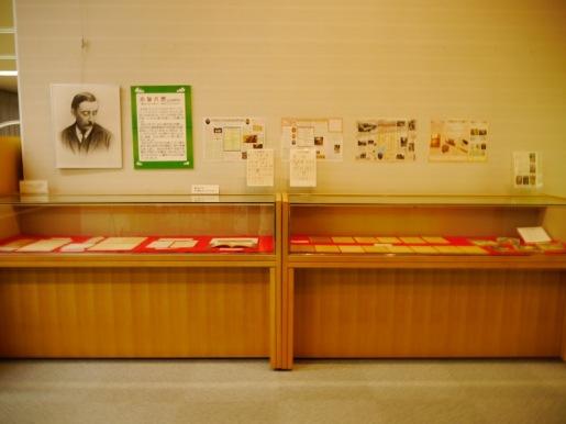 図書館入口の展示ケースに並ぶ同館八雲資料室の所蔵資料。書簡や原稿のレブリカなど。9月25日(木)まで展示。