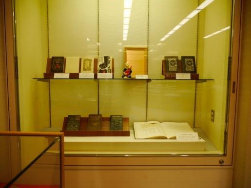 図書館入口の展示ケースに並ぶ同館八雲資料室の所蔵資料。初版本や翻訳本など。9月25日(木)まで展示。