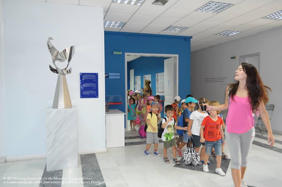 7月にハーンの生誕地レフカダに開館したラフカディオ・ハーン・ヒストリカル・センターに設置されている「ラフカディオ・ハーンと開かれた精神のオデュッセイア」